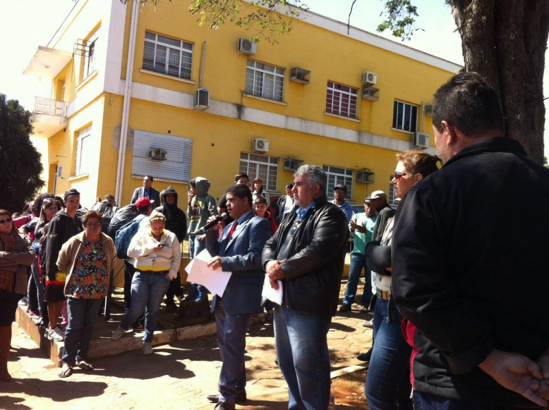 Funcionários municipais de Rio das Pedras protestam com falta de salários