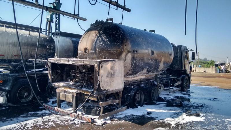 Caminhão destruído pelas chamas