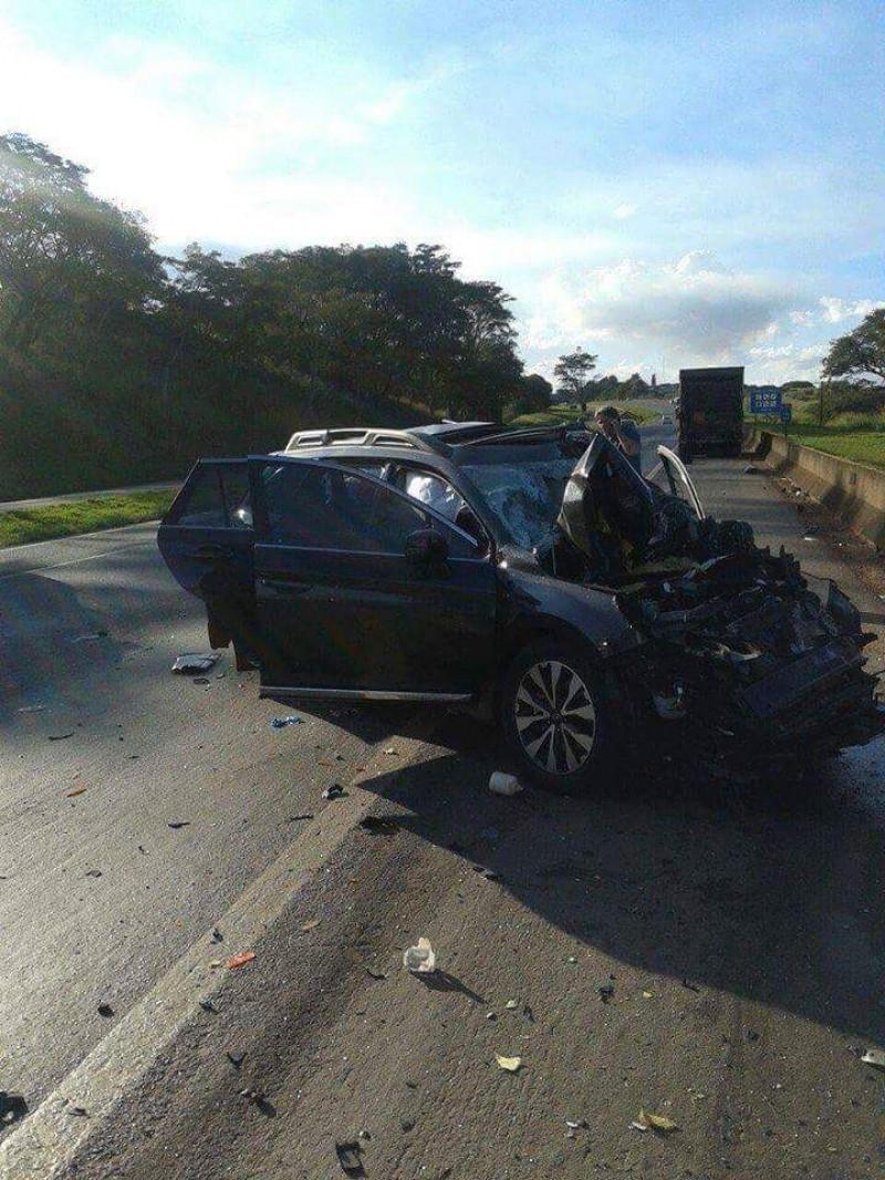 Carro ficou destruído no acidente