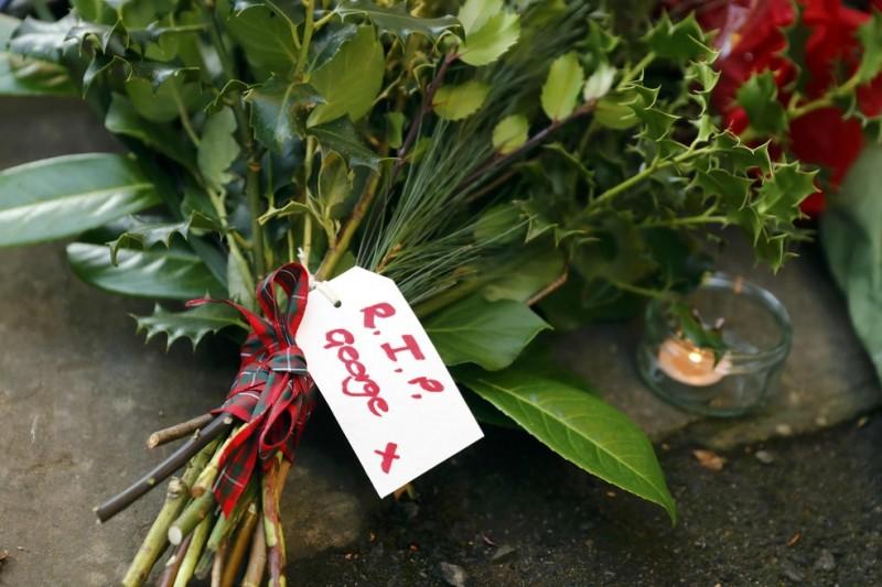 Flores são deixadas em frente da casa do cantor, morto neste domingo